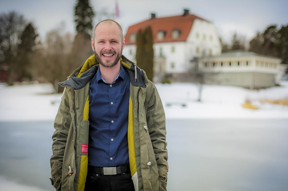 Andreas Wallander vid herrgården på Happy Tammsvik