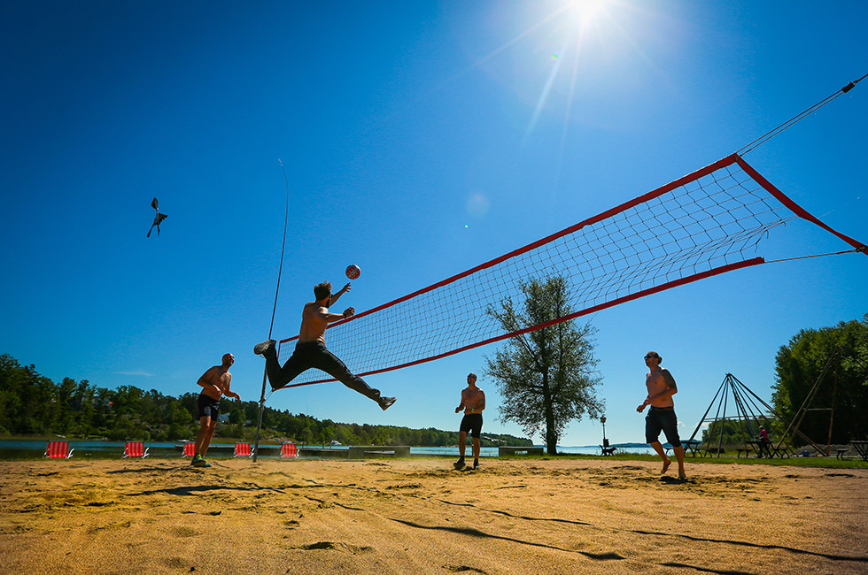 Beachvolley vid Mälarens strand på Happy Tammsvik
