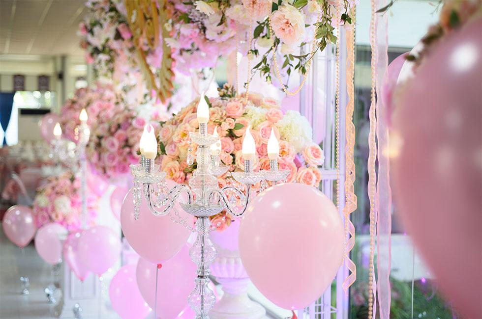 Bröllopsdukning med rosa ballonger