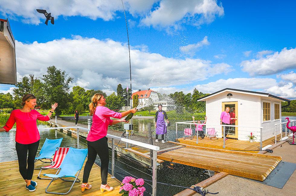 Dopcermoni båt spruta champagne på bryggan vid Happy Tammsvik