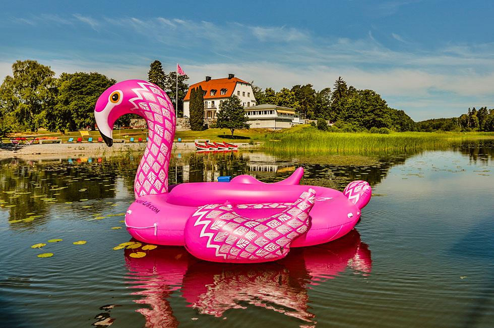 Gigantisk flamingo på Happy Tammsviks Konferenshotell vid Mälaren