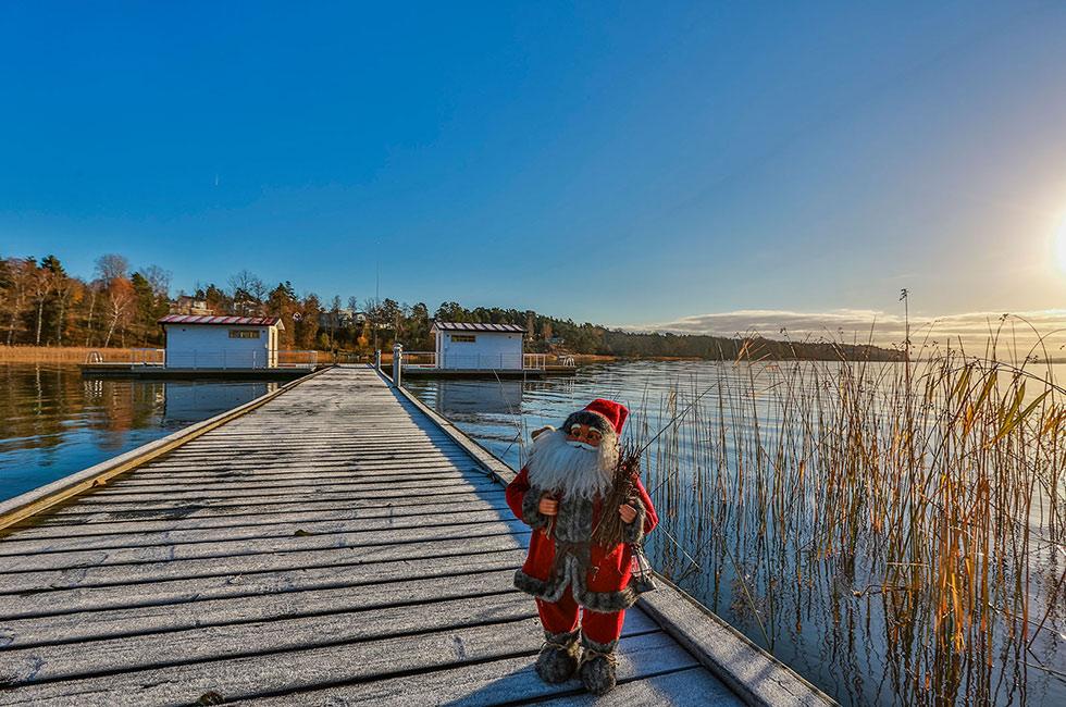 Grönare jul - Tomte på bryggan vid Mälaren