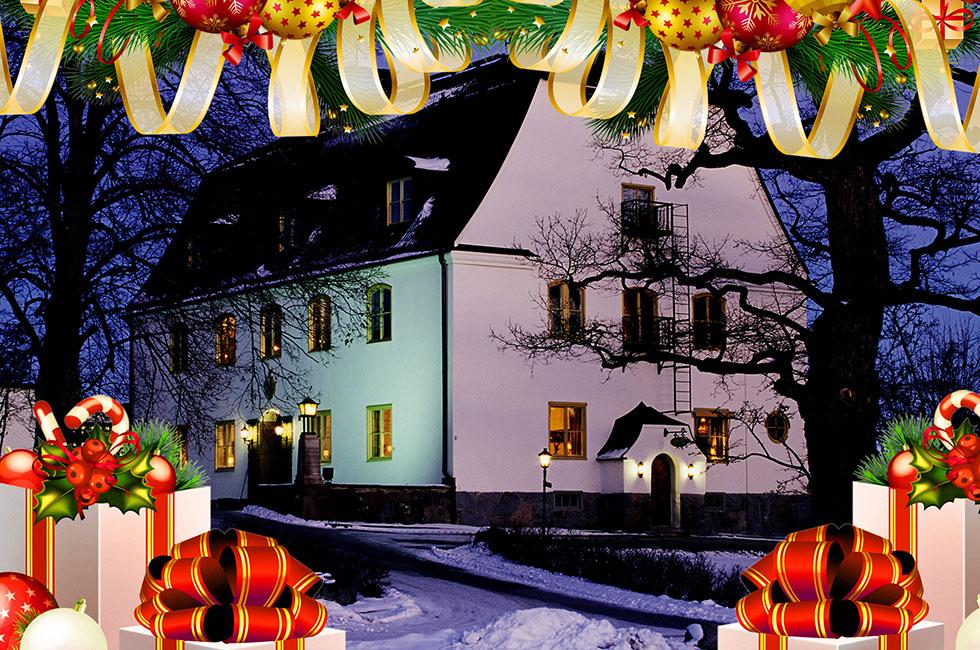 Herrgård på kvällen med snö och juldekoration