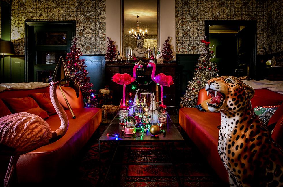 Julfest på herrgården med leopard och flamingo vid brasan