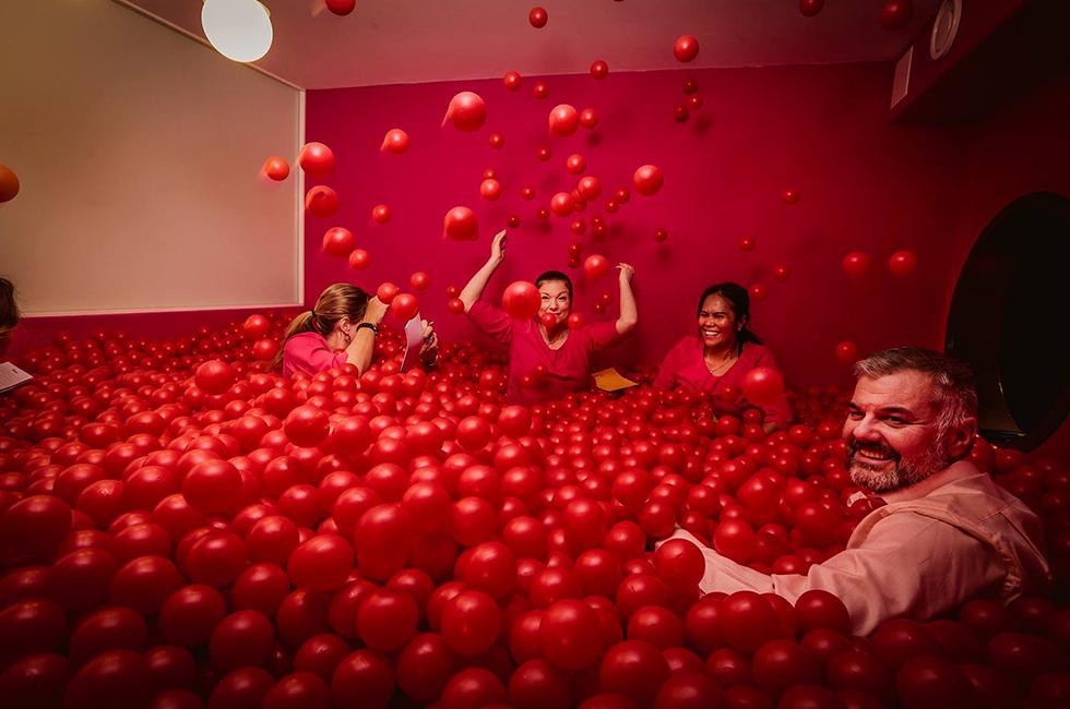 Konferens i ett bollhav med 29000 röda bollar