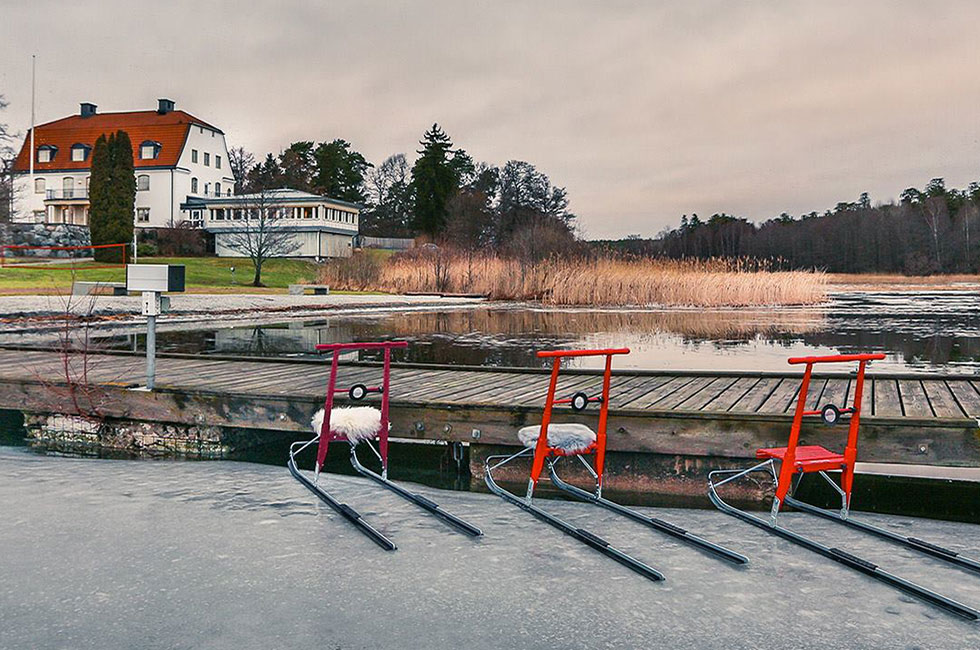 Röd och rosa spark parkerad vid bryggan vid Happy Tammsviks herrgård
